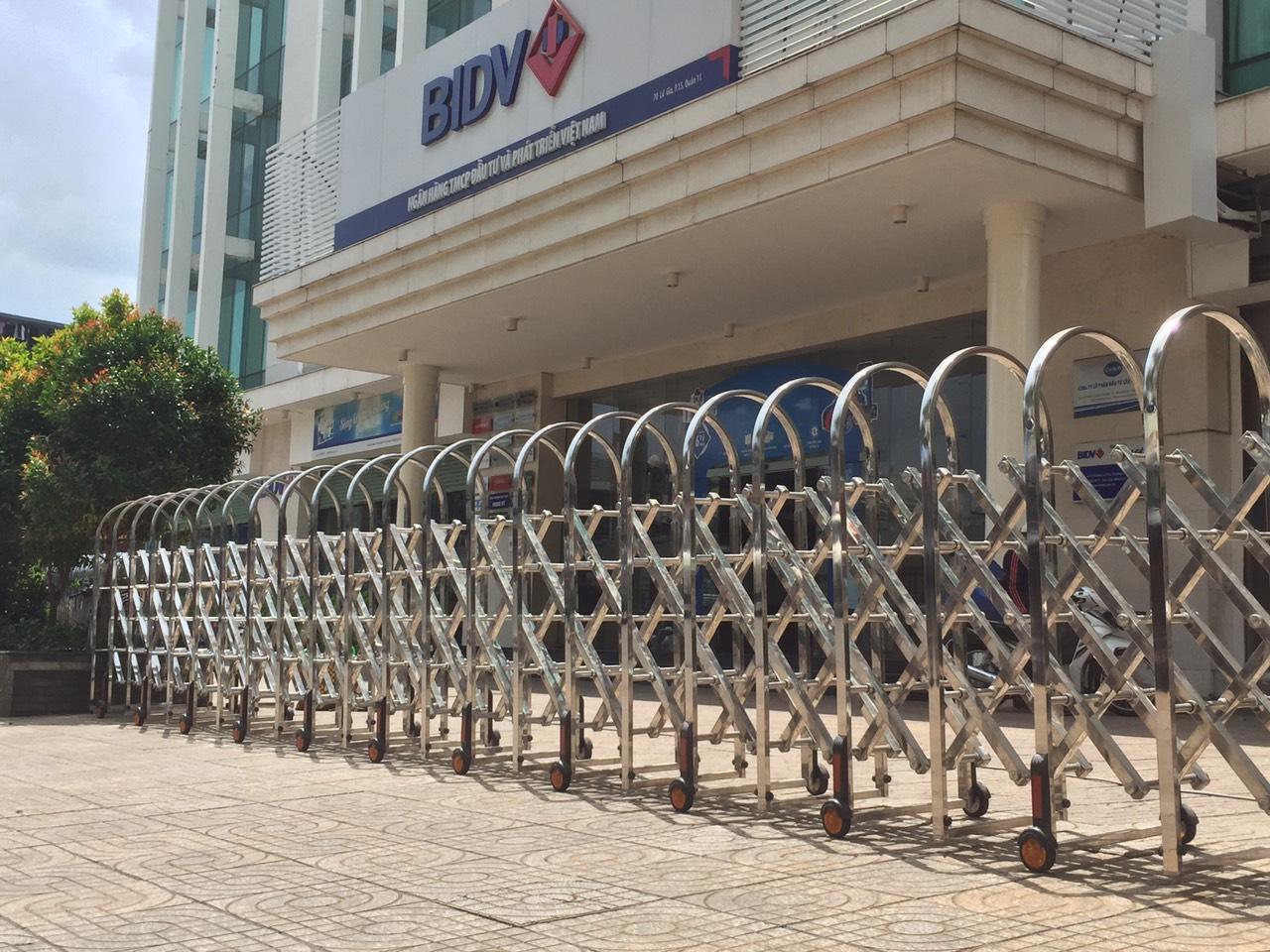Sản xuất và thi công lắp đặt tận nơi cổng xếp inox tự động